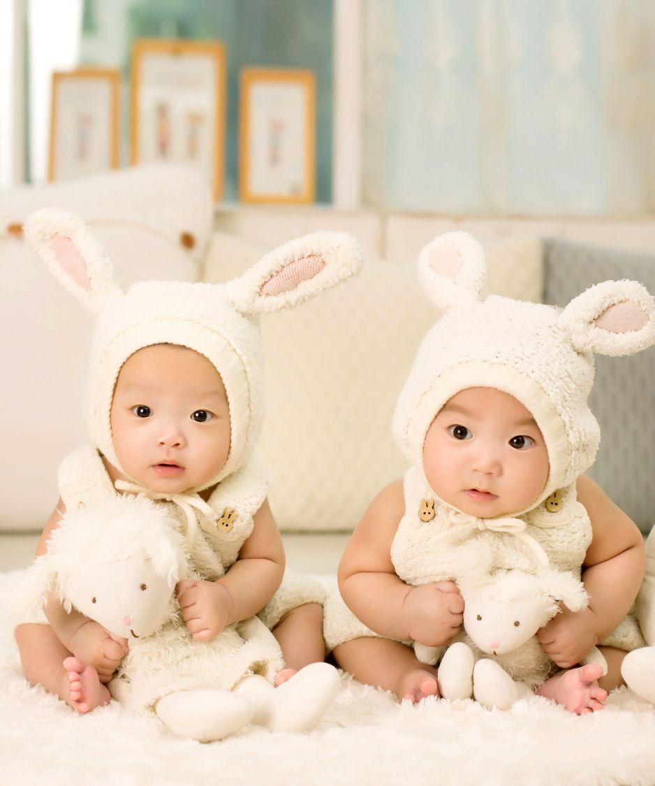 Des jumeaux bébés en costume de lapin