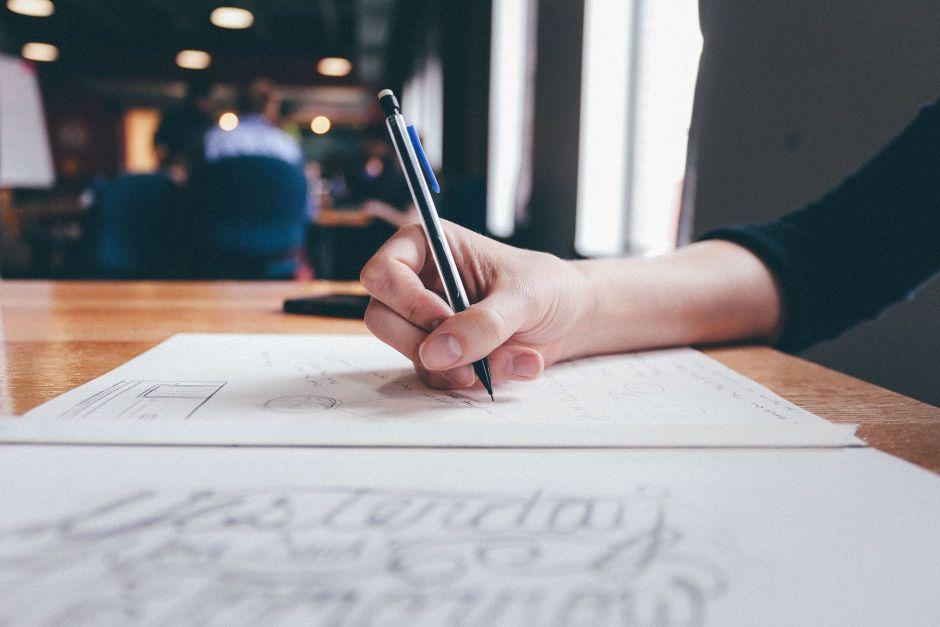Une femme écrit sur un cahier